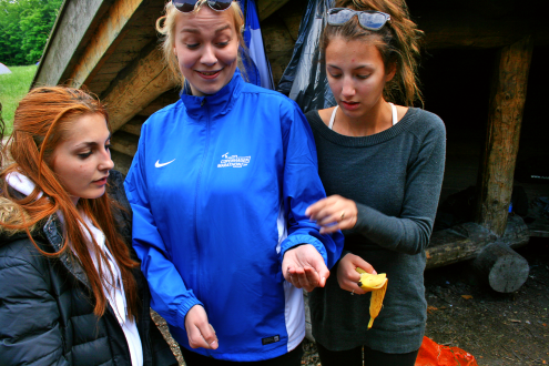 Charlie fandt en frø. Zana og Nikita kigger beundrende