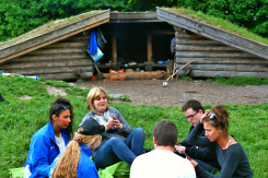 Der spilles kort foran lejren