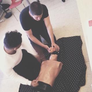 Ali og Patrick leger med dukker.