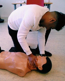 Ali tjekker efter pulsen